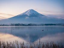Nebbia con la vista del paesaggio di alba dal lago di kawaguchi con moto Fotografie Stock Libere da Diritti
