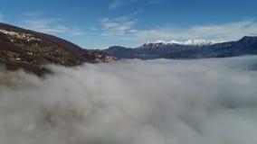 Nebbia del ‹del †del ‹del †del mare dalla cima delle montagne svizzere stock footage