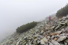 Nebbia del pendio di montagna rocciosa della donna Fotografia Stock Libera da Diritti