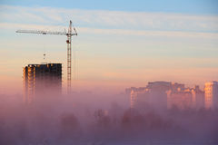 Nebbia della città di mattina fotografia stock