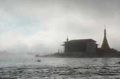 Nebbia della pagoda di mattina Villaggio di Thaung Tho Lago Inle myanmar Fotografia Stock