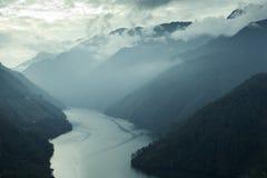 Nebbia della valle della montagna con il fiume Fotografia Stock Libera da Diritti
