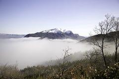 Nebbia delle montagne di Snowy Immagine Stock Libera da Diritti