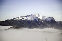 Nebbia delle montagne di Snowy Fotografia Stock Libera da Diritti