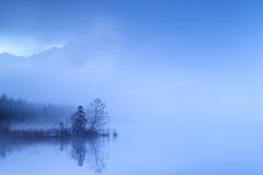 Nebbia densa nel crepuscolo sopra il lago alpino Fotografia Stock Libera da Diritti