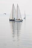 Nebbia di acqua calma delle barche a vela Fotografia Stock Libera da Diritti