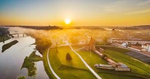 Nebbia di Autumm sopra la vecchia città di Kaunas, Lituania fotografie stock