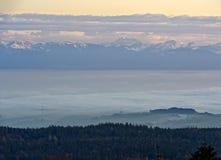 Nebbia di autunno sopra il lago Lemano Immagine Stock