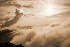 Nebbia di colore di seppia sull'alta montagna Fotografia Stock Libera da Diritti