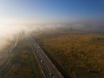 Nebbia di mattina di autunno sopra la strada principale Fotografia Stock