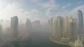 Nebbia di mattina nel Dubai video d archivio