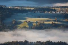 Nebbia di mattina nella valle nelle alpi austriache Fotografie Stock Libere da Diritti