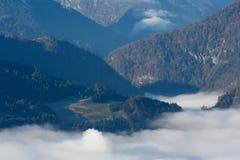 Nebbia di mattina nella valle nelle alpi austriache Fotografia Stock