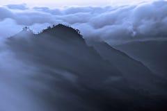 Nebbia di mattina nelle montagne Immagine Stock