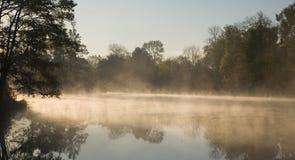 Nebbia di mattina sopra acqua immagini stock