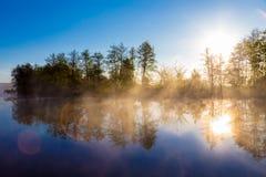 Nebbia di mattina su un fiume calmo Fotografia Stock Libera da Diritti