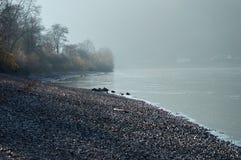 Nebbia di mattina sul fiume Fotografia Stock Libera da Diritti