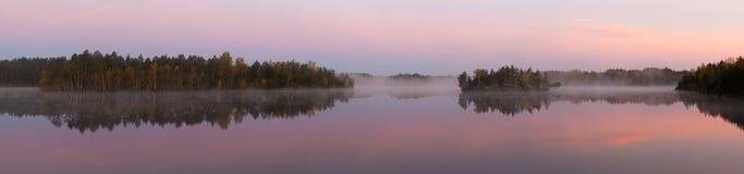Nebbia di mattina sul lago di legno Fotografie Stock
