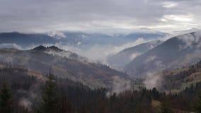 Nebbia di mattina in valle della montagna Colline nebbiose video d archivio