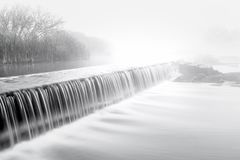 Nebbia di Mornig sopra una diga del fiume fotografie stock