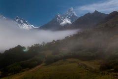 Nebbia di notte delle montagne, villaggio di Tengboche, Nepal Immagine Stock