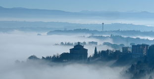 Nebbia di primo mattino sopra l'Italia fotografia stock