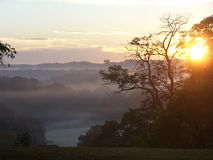 Nebbia di primo mattino sul campo da golf fotografia stock libera da diritti