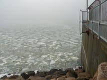 Nebbia e banchise alla barriera di uragano Fotografia Stock