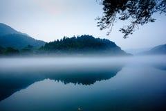 Nebbia e lago e montagna Immagini Stock Libere da Diritti