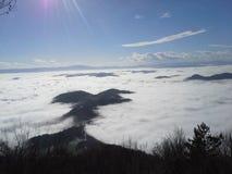 Nebbia e montagne fotografie stock