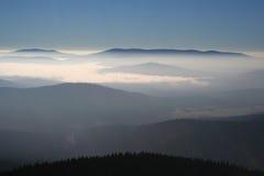 Nebbia e nubi nella valle Fotografie Stock