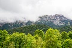 Nebbia e nuvole maestose nelle alpi La Baviera, Germania Immagini Stock