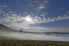 Nebbia ed alte nuvole Immagini Stock