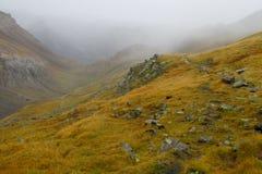 Nebbia, foschia, nuvole e pioggia di autunno nella valle della montagna Fotografia Stock