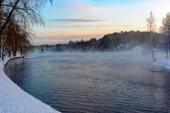 Nebbia fredda sopra acqua Fotografie Stock Libere da Diritti