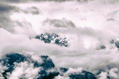 Nebbia intensa e nuvole che riguardano il picco di una montagna sulle Ande Immagini Stock Libere da Diritti