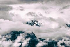 Nebbia intensa e nuvole che riguardano il picco di una montagna sulle Ande Immagine Stock Libera da Diritti