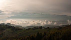Nebbia, montagna, villaggio Fotografia Stock Libera da Diritti