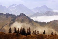 Nebbia in montagne dopo pioggia Immagini Stock Libere da Diritti