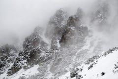 Nebbia nella cima dei picchi rocciosi Fotografia Stock