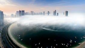 Nebbia nella città fotografie stock