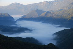 Nebbia nella valle fotografie stock libere da diritti
