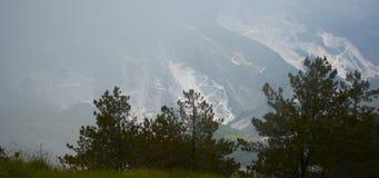 Nebbia nelle alpi di Apuan, Carrara, Italia Fotografia Stock