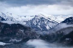 Nebbia nelle alpi di inverno Immagini Stock Libere da Diritti