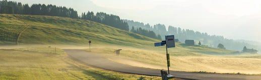 Nebbia nelle alpi, dolomia, Italia di mattina Fotografia Stock
