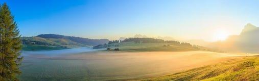 Nebbia nelle alpi, dolomia, Italia di mattina Immagine Stock Libera da Diritti