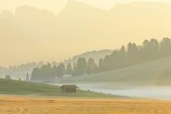 Nebbia nelle alpi, dolomia, Italia di mattina Immagini Stock Libere da Diritti