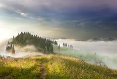 Nebbia nelle montagne Immagine Stock