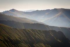 Nebbia nelle montagne, parecchie catene montuose fotografia stock