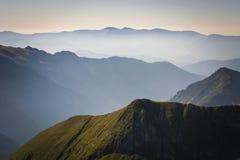 Nebbia nelle montagne, tre catene montuose immagini stock libere da diritti